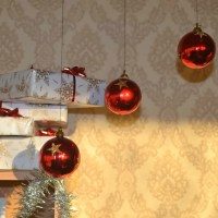 DIY: Easy To Make Christmas Balls Chandelier