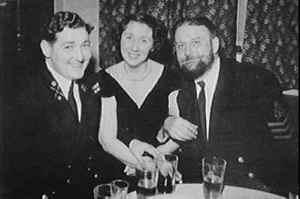 John Capes (derecha) con unos amigos.