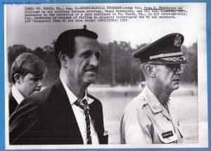 Coronel Oran Henderson (Dcha.) durante el juicio de My Lai