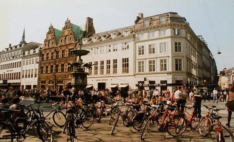 """Copenhagen è troppo virtuosa, la città è """"invasa"""" dalle biciclette"""
