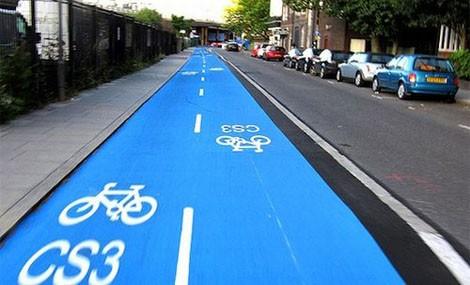 In bicicletta, lungo l'autostrada!