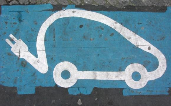 La Francia vuole ricaricare le auto dai lampioni stradali