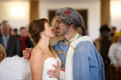 ... musím si Tě řádně označkovat děvenko, ať všichni vědí, kam patří sírou čpící nevěsta ...