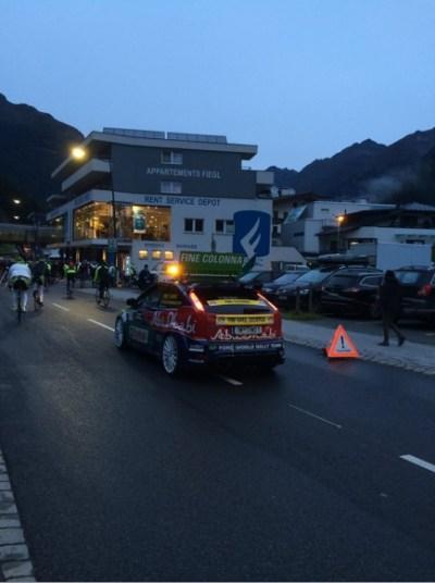 ... odstartováno! 15 minut než bylo vidět tohle auto FINE COLONNA :) 5000 lidí se momentálně řítí údolím do Ötzu ...