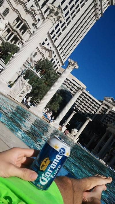 ... Miškin mezitím ladí formu u bazénu. Snaží se dodržovat pitný režim ...