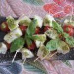 Botana deliciosa: Mini-brochetas de Tomate, Pesto y Mozzarella