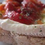 Tostadas de hummus y piemientos rojos asados: Qué delicia!