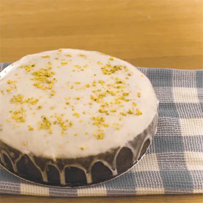 www.cocoandme.com - lemon drizzle cake with recipe