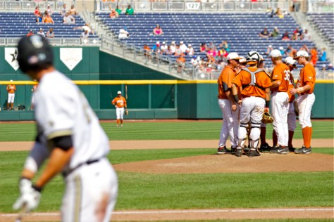 Texas mound huddle. (Photo: Shotgun Spratling)