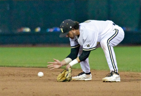 Dansby Swanson looks in a grounder. (Photo: Shotgun Spratling)