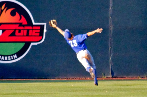 Joey Epperson can't make a lunging catch over the shoulder. (Photo: Shotgun Spratling)
