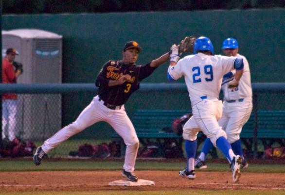 Dante Flores barely makes a catch. (Photo: Shotgun Spratling)