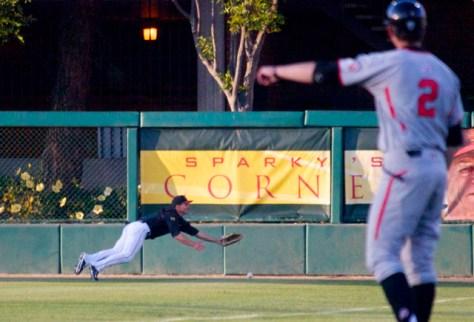 AJ Ramirez can't make a diving catch in RF. (Photo: Shotgun Spratling)