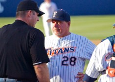Rick-Vanderhook-is-not-happy-with-the-umpires-decision.-Photo-Shotgun-Spratling