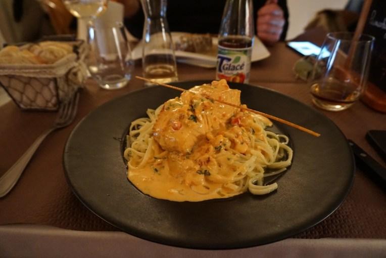 Lupa nama makanannya apa. Yang pasti ada salmonnya, spaghetti, trus disiram saus jamur kayaknya. Yang pasti enak banget