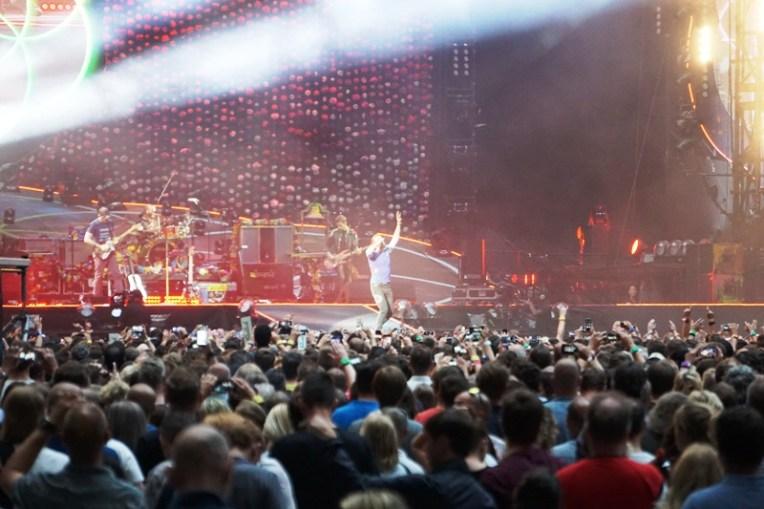 Coldplay lagu A Head Full of Dreams. Duh, lihat Chris Martin yang nampak samar-samar saja bikin deg-degan :)))