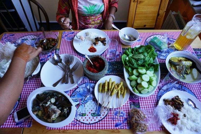 Makanan Nusantara. Kreco (siput), asem-asem ikan, sambel trasi, lalapan, bakso, ikan bumbu kuning. Super Lekker!