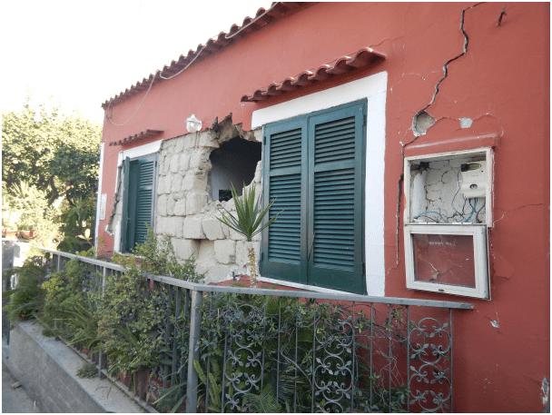 Casamicciola. Lesione sulla parete con espulsione di muratura