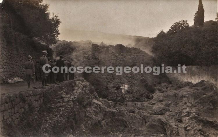 Fig. 5 - Un gruppo di curiosi nel pressi del fronte lavico attivo. Fotografia all'albumina di autore ignoto. (Collezione privata)
