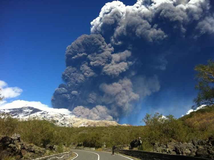 Il parossismo eruttivo dell'Etna del 23 novembre 2013 (Foto di Marco Viccaro).