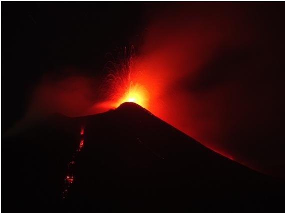 Fig. 3 - Attività stromboliana al Nuovo Cratere di Sud-Est dell'Etna ed emissione di colate di lava verso est (a sinistra) e verso Nord (a destra), poco prima di mezzanotte del 23 agosto 2018. Foto di Boris Behncke, INGV-Osservatorio Etneo.