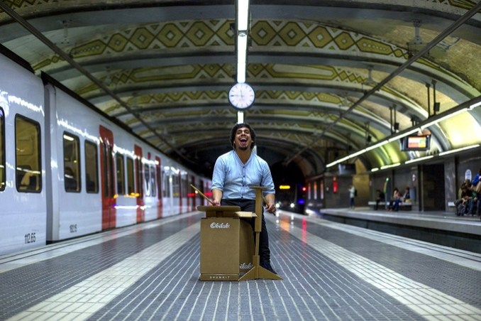 Schlagzeug aus Pappe in U-Bahn