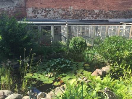 Vogelvoliere im Garten eines Hauses