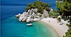B32DHH Beach and coastline at Brela, Makarska Riviera, Dalmatia, Croatia