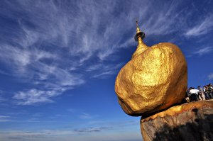 Birmania-la-roccia-doro-che-non-cade-per-un-pelo