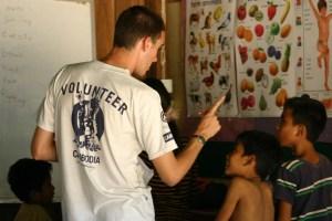 volontario-insegnamento-classe-cambogia.1200