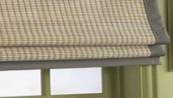 Filtro solar en esta cortina romana en caña de bambú