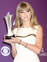 taylor-swift-2012-acm-awards-press-room-01