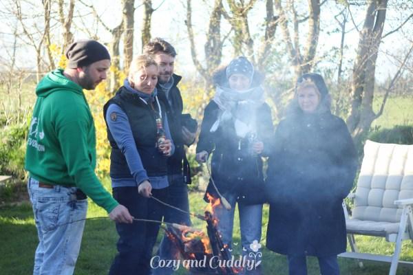 Tonnenfeuer und Stockbrot – Wenn der Frühling mal wieder auf sich warten lässt – Werbung