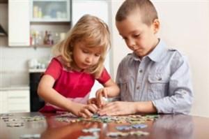 copii care rezolva un puzzle - jucarii creative pentru care copilul tau iti va fi recunoscator