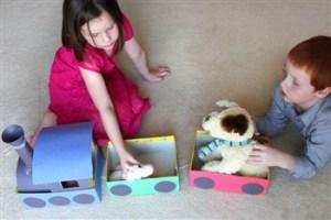 copii care se joaca cu un trenulet din cutii de carton - jucarii creative pentru care copilul tau iti va fi recunoscator