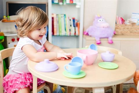 prezentare-copil-care-se-joaca-cu-un-set-de-ceai-jucarii-creative-pentru-care-copilul-tau-iti-va-fi-recunoscator-480-x-320