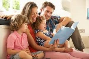 familie care citeste impreuna - Cum să te conectezi cu familia ta, dar nu online