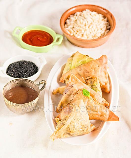 Samosas de patata y guisantes con chutney de tamarindo