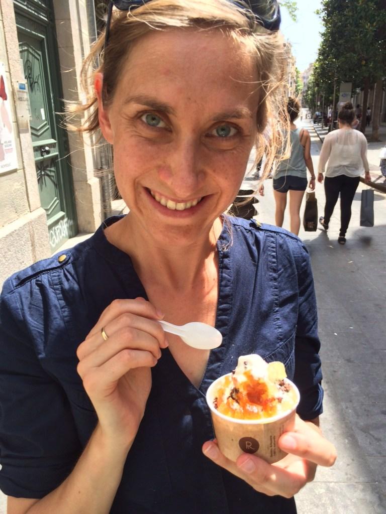 Els haar eerste ijsje bij Rocambolesc - Crema Catalana - blog over Spanje