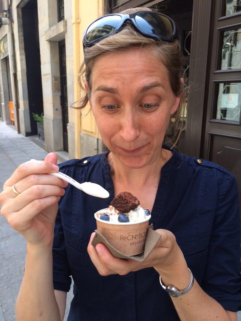 Els haar tweede ijsje bij Rocambolesc - Crema Catalana - blog over Spanje