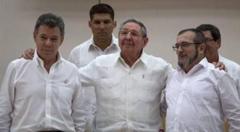 Imagen del 23 de septiembre de 2015, donde aparecen el Presidente cubano Raúl Castro, juntos al mandatario colombiano Juan Manuel Santos y el Comandante de las FARC Timoleón Jiménez, en La Habana, Cuba. Foto: Desmond Boylan, AP