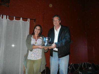 GANADORA RECIBE PREMIO