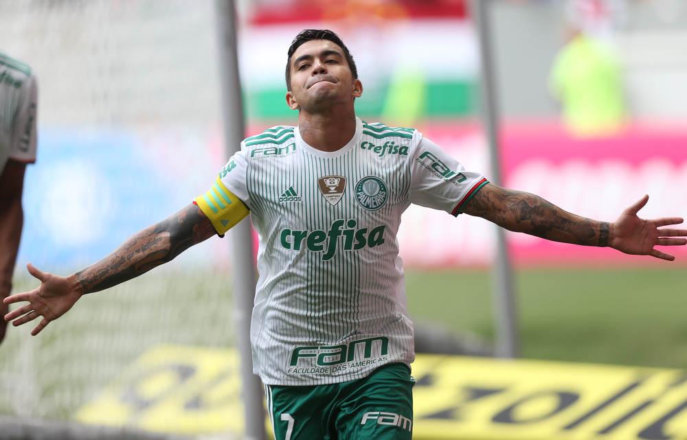O jogador Dudu, da SE Palmeiras, comemora seu gol contra a equipe do Fluminense FC, durante partida válida pela vigésima segunda rodada, do Campeonato Brasileiro, Série A, no Estádio Mané Garrincha.