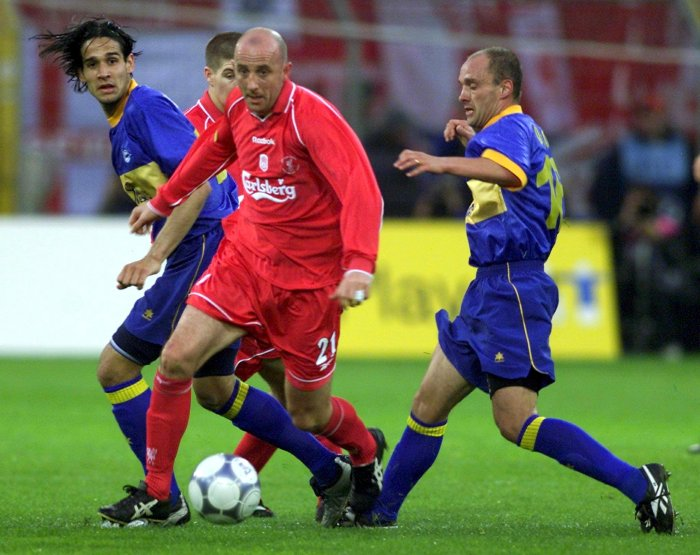 DRT08 - 20010516 - DORTMUND, GERMANY : Liverpool's Gary McAllister (centre) escapes Alaves' players Martin Astudillo (left) and Hermes Aldo Desio in the UEFA Cup final at the Westfalen Stadium in Dortmund on Wednesday, 16 May 2001. EPA PHOTO EPA/ANJA NIEDRINGHAUS