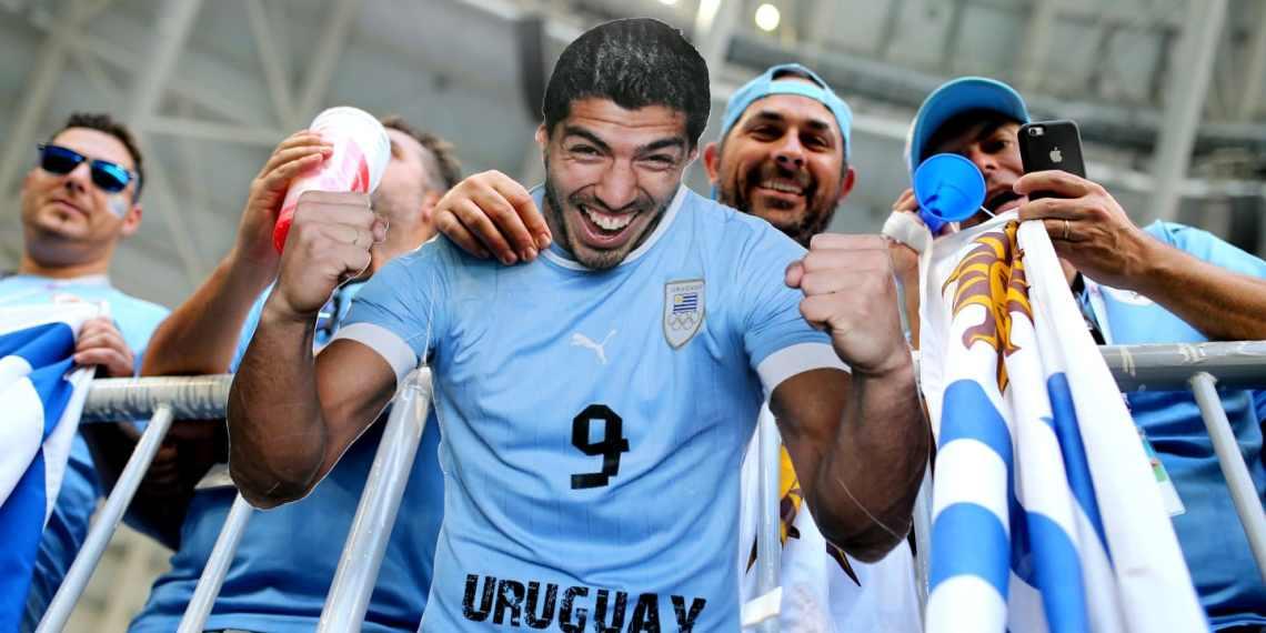 La hinchada uruguaya copó Rusia.