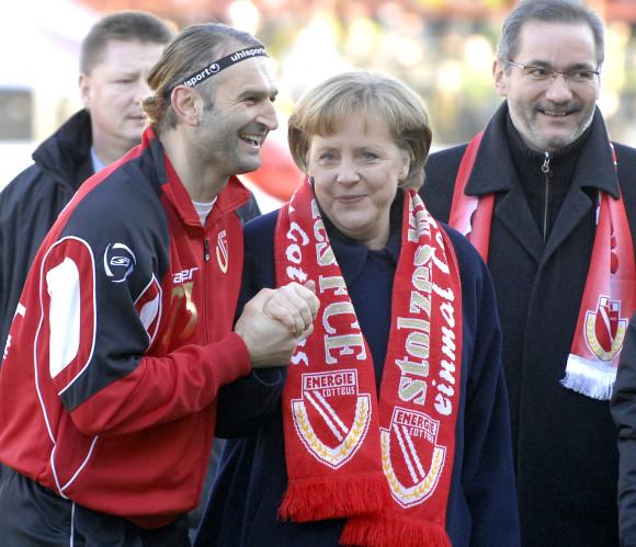 La Canciller alemana Angela Merkel es socia de honor de Energie Cottbus