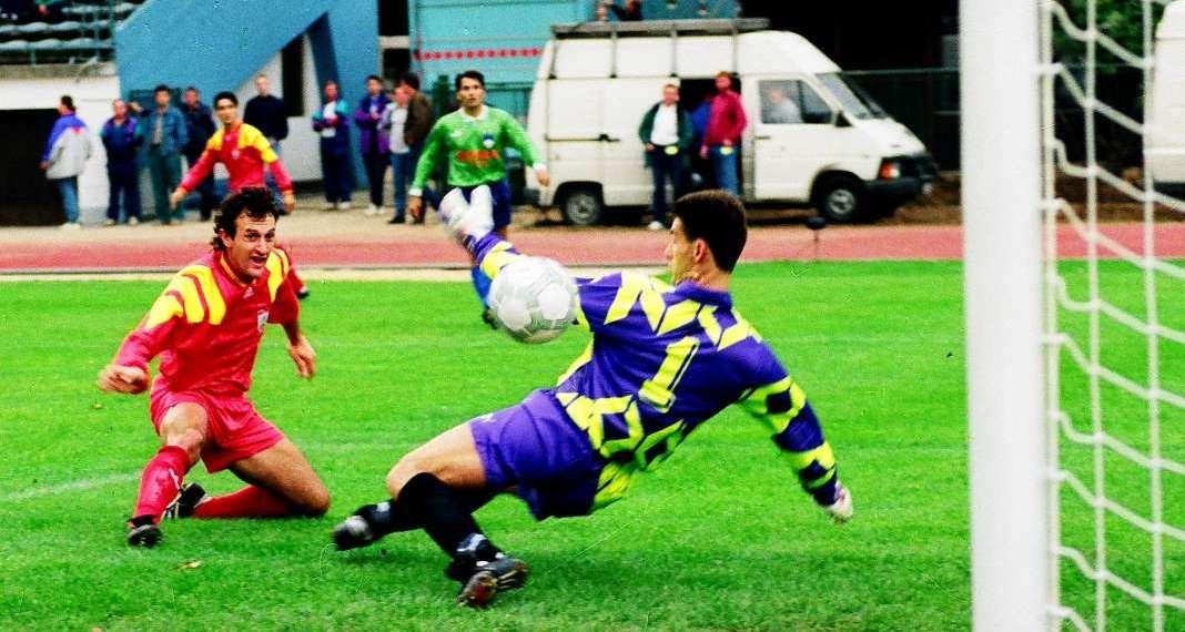 Zoran Boshkovski convierte el primer gol en la historia de Macedonia del Norte