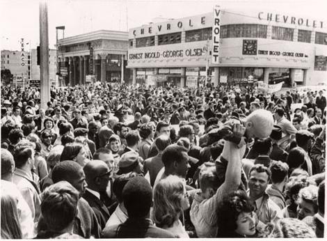 Dealer crowds 1964