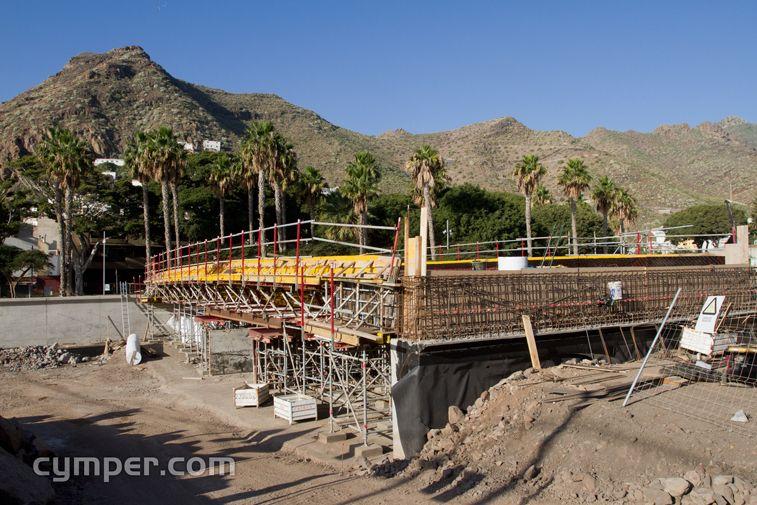 Vista general de la construcción de un puente con apoyos de neopreno armado.