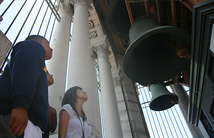 William Tatlonghari, David Moreno-Medina and Maria Parar visit the Campanile, which will begin being renovated starting July 5. The process will last just under six weeks.